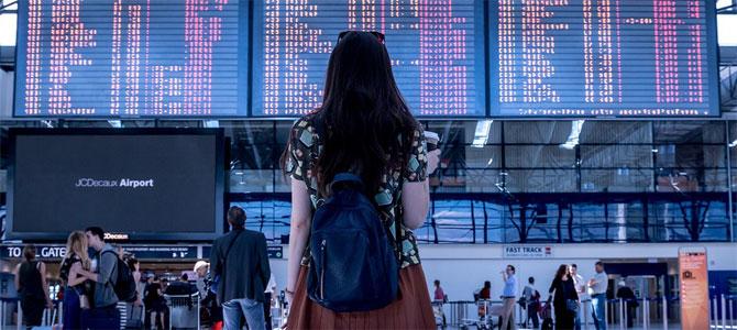 vrouw landen veilig op reis